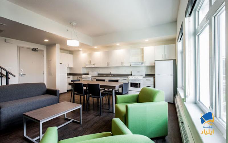 خوابگاهها معمولاً آشپزخانه، سرویس و لباسشویی مشترک دارند که توسط دانشگاه اداره میشوند.
