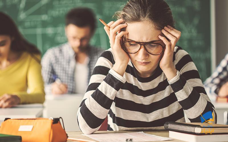 """دکتر ری استفانیک استادیار بالینی در دپارتمان روانپزشکی دانشگاه جورج تاون میگوید:""""همه افراد قبل از امتحان دچار استرس میشوند، مقدارکمی استرس کمک میکند تا برای امتحان آماده باشیم و تمرکز کنیم اما استرس بیش از حد میتواند عواقب بدی برای افراد داشته باشد. """""""